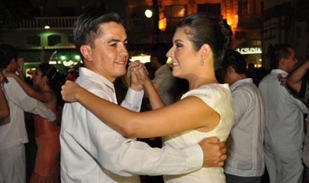 Gala de Danzón reúne a cientos de parejas en el Zócalo de la Ciudad de Veracruz.