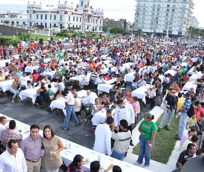 Con gran éxito establece Ayuntamiento de Veracruz récord de personas degustando café lechero