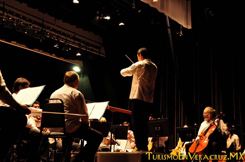 Realizan gobiernos municipal y estatal homenaje al compositor Agustín Lara en el Teatro Clavijero