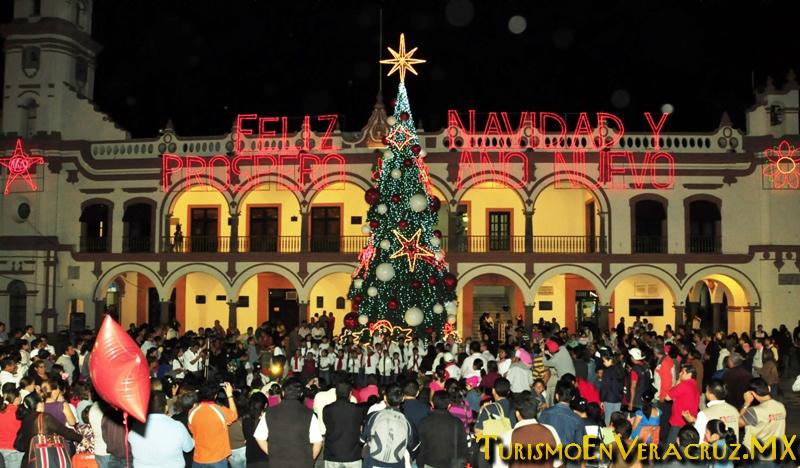 Encienden Árbol De Navidad En El Zócalo De Veracruz