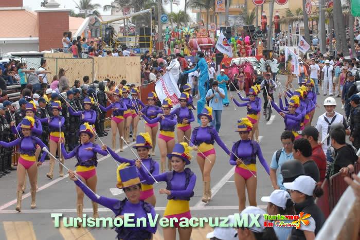 Con gran afluencia, la fiesta sigue con el quinto desfile del Carnaval