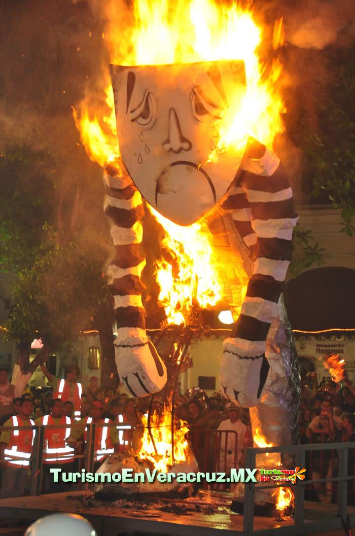 """Queman """"La Tristeza"""" En El Carnaval De Veracruz 2012"""