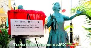 """Devela Ayuntamiento de Veracruz placa conmemorativa del 100 aniversario del natalicio de Toña """"La Negra"""""""