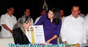 "Alcaldesa Carolina Gudiño entrega Medalla ""Toña La Negra"" a la cantante Martha Zeller"