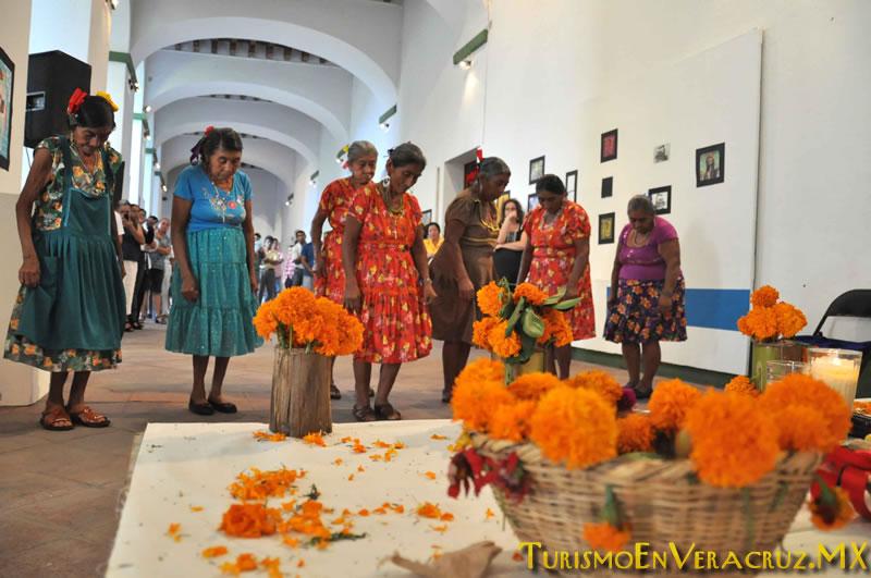 Montan bailadoras y músicos de San Fernando altar popoluca en el IVEC