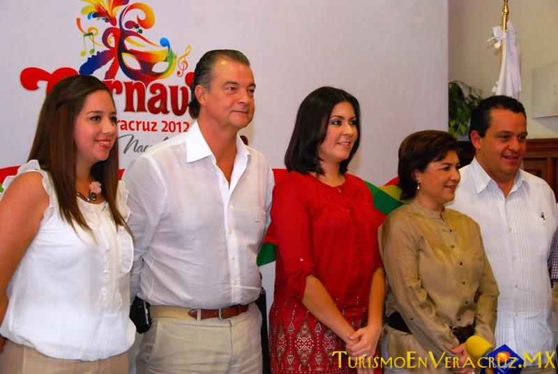 Presenta Alcaldesa de Veracruz al Presidente del Comité de Carnaval 2012