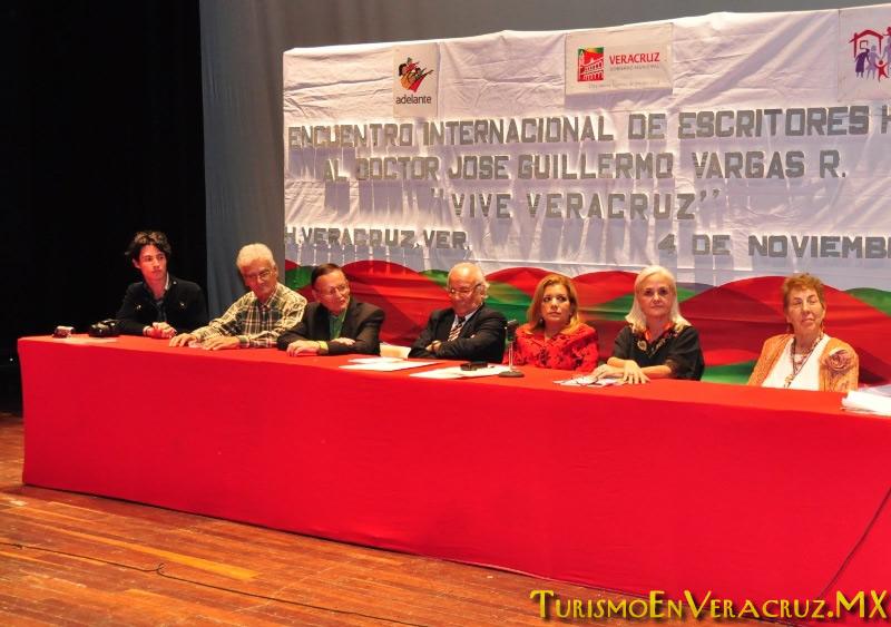 Entrega Ayuntamiento de Veracruz reconocimiento a destacado escritor peruano