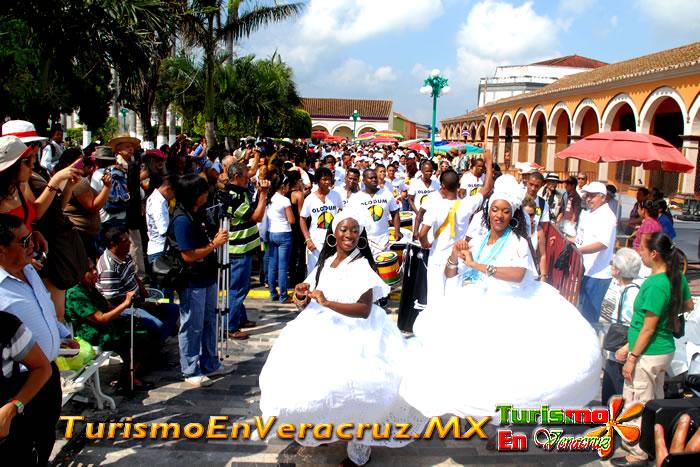 Al ritmo de batucada, brasileños depositan ofrenda floral a la Virgen de la Candelaria