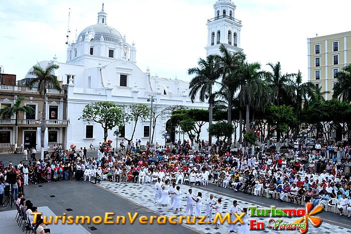 Más de 100 danzoneros del Sotavento y el Papaloapan iluminaron el zócalo de Veracruz