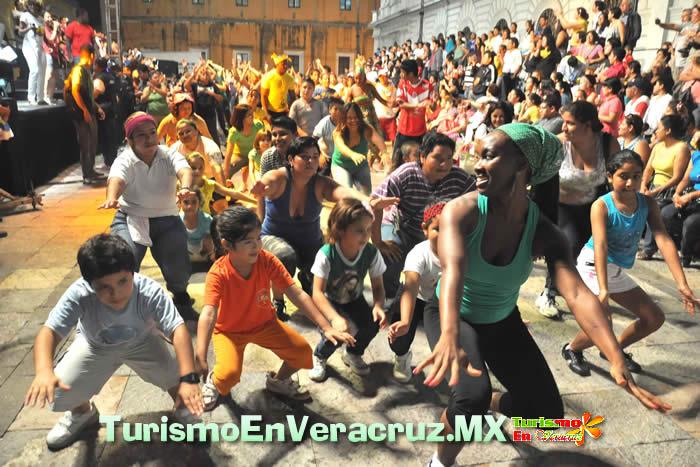 Brasileños y veracruzanos llenan de color los paseos del Carnaval