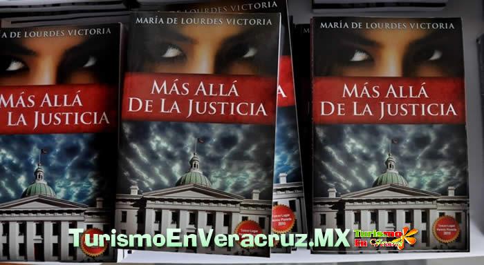 Entrega Ayuntamiento de Veracruz reconocimiento a escritora destacada