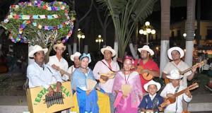 Con jaranas, la tradicional rama, por las calles de Veracruz