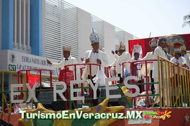 Música, alegría y baile en el quinto desfile del Carnaval