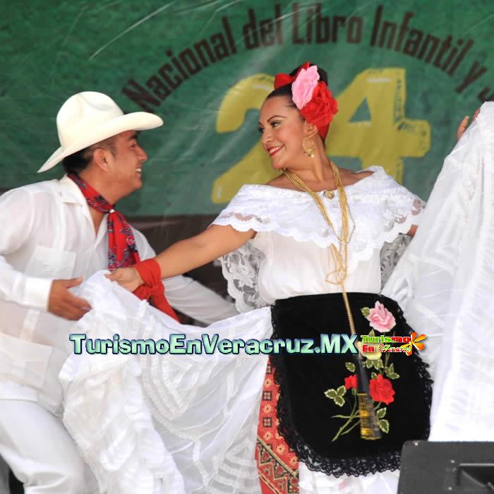 El ballet folclórico Imágenes y Fusión Jarocha animan la Feria Nacional del Libro